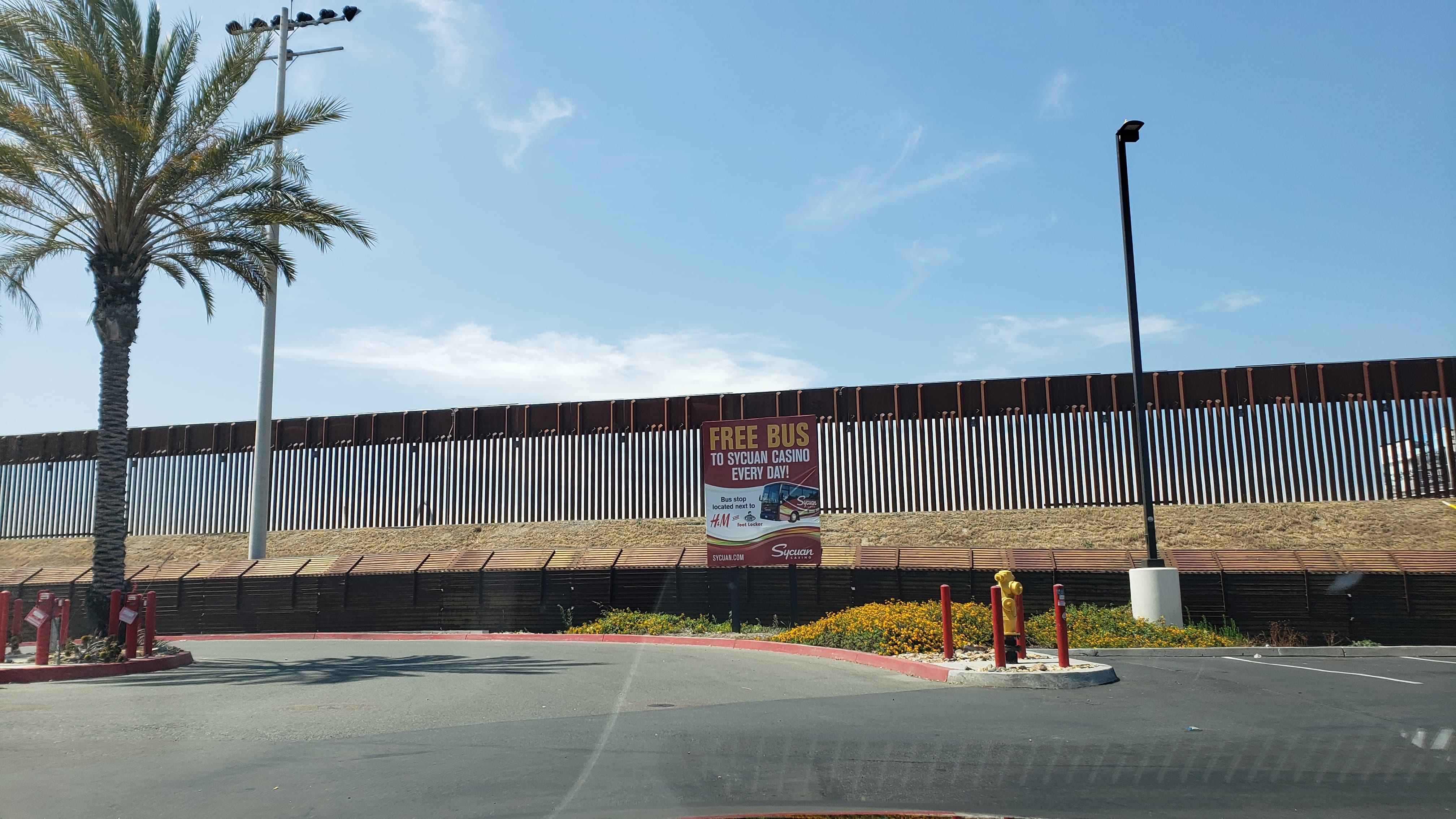 Linea entre México y Estados Unidos es la frontera internacional mas custodiada del mundo.
